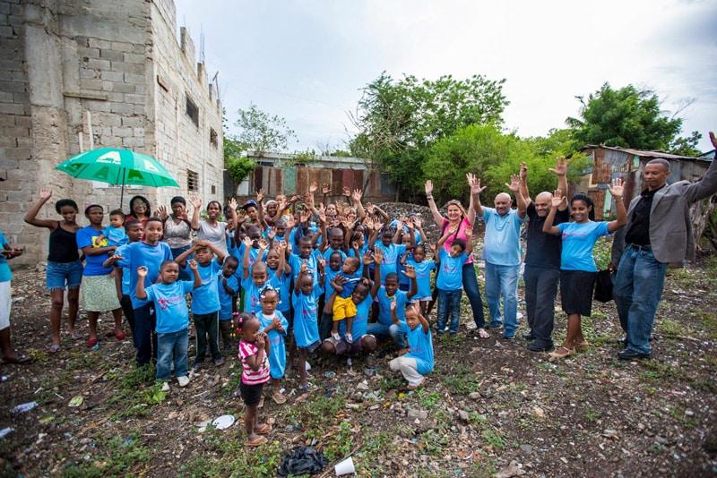 Foto-Rebeca-Segebre-Visitando-proyectos-sociales-en-Republicida-Dominicana-Vive-360
