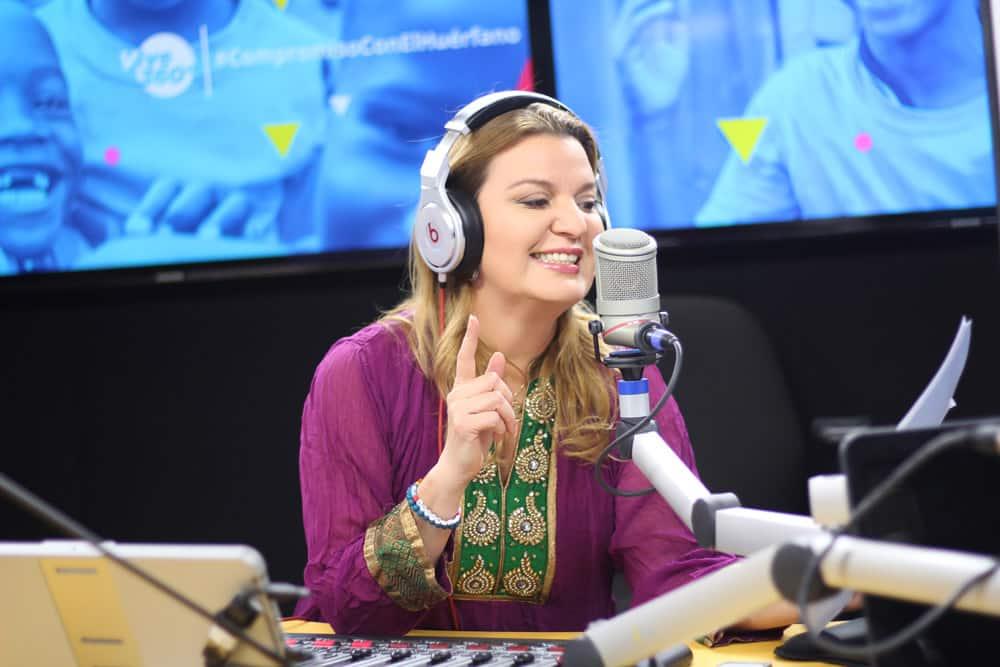 foto-Rebeca-Segebre-en-los-estudios-de-CVCLAVOZ-grabando-vive-360-radio-show
